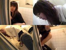 女子トイレ盗撮というか悪戯!オシッコしている途中にドアを開ける4