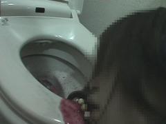 サークルの先輩からの投稿!トイレで赤ワインを吐く女子大生