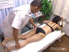 エロマッサージ師の盗撮無修正動画!水着を脱がし乳首を摘み喘ぐ女をはめる